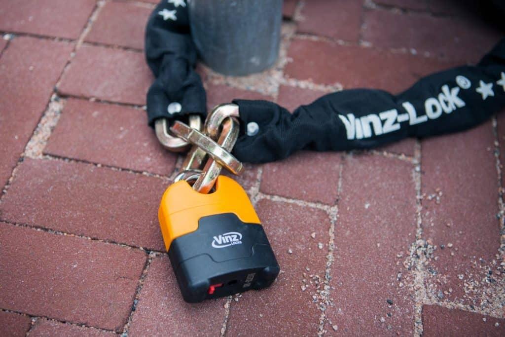 Een kettingslot dat op de grond ligt is makkelijker open te breken