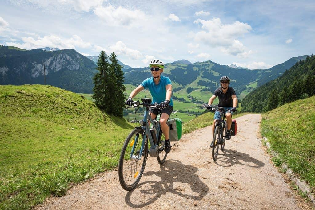elektrische fietsers in de bergen
